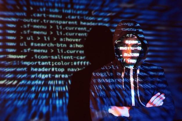 Cyber-angriff mit nicht erkennbarem hacker mit kapuze unter verwendung des digitalen glitch-effekts der virtuellen realität
