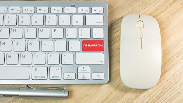 Cyber, der roten knopf auf silberner tastatur einschüchtert.