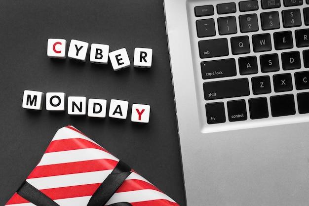 Cyber montag geschrieben mit scrabble buchstaben und laptop