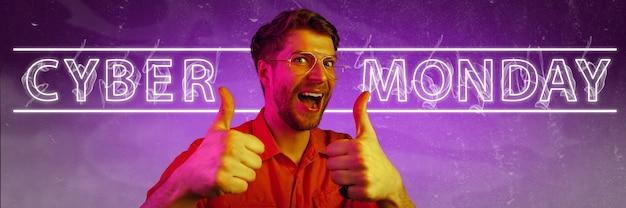 Cyber-montag, verkauf, kaufkonzept. neonbeleuchtete buchstaben auf farbverlaufshintergrund. erstaunter mann zeigt. negativer raum. modernes design. zeitgenössische kunst. kreative konzeptionelle und farbenfrohe collage.