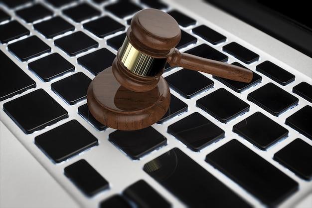 Cyber-rechtskonzept mit 3d-rendering-hammerrichter auf computertastatur