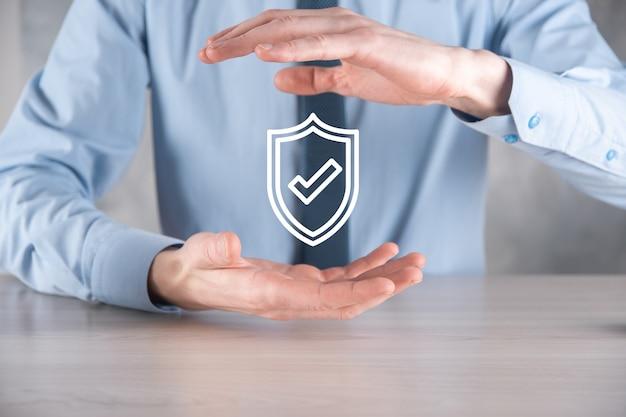 Cyber-sicherheitsnetzwerk. vorhängeschloss-symbol und internet-technologie-netzwerk. geschäftsmann, der persönliche datendaten auf tablett und virtueller schnittstelle schützt. datenschutzkonzept. dsgvo. eu.