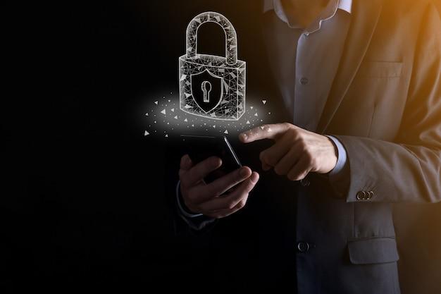 Cyber-sicherheitsnetzwerk. vorhängeschloss-symbol und internet-technologie-netzwerk. geschäftsmann, der persönliche datendaten auf tablett und virtueller schnittstelle schützt. datenschutzkonzept. dsgvo.