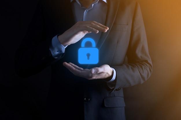 Cyber-sicherheitsnetzwerk. vorhängeschloss-symbol und internet-technologie-netzwerk. geschäftsmann, der persönliche dateninformationen auf virtueller schnittstelle schützt. datenschutzkonzept. dsgvo. eu.