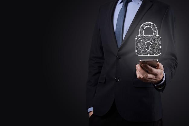 Cyber-sicherheitsnetzwerk. vorhängeschloss-symbol und internet-technologie-vernetzung. geschäftsmann, der personenbezogene daten auf tablet und virtueller schnittstelle schützt. datenschutzkonzept. dsgvo. eu