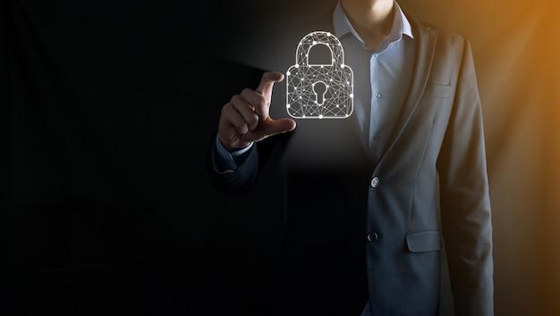 Cyber-sicherheitsnetzwerk. vorhängeschloss-symbol und internet-technologie-vernetzung. geschäftsmann, der personenbezogene daten auf tablet und virtueller schnittstelle schützt. datenschutzkonzept. dsgvo. eu.