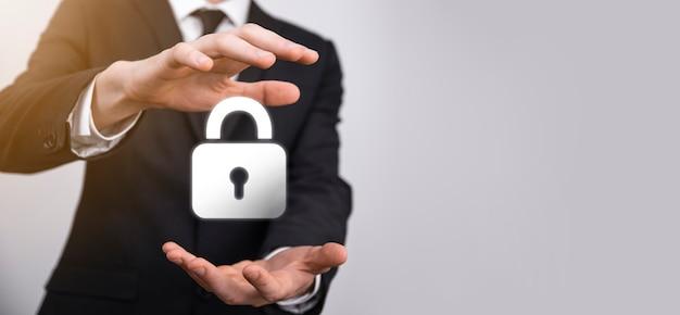Cyber-sicherheitsnetzwerk. vorhängeschloss-symbol und internet-technologie-vernetzung. geschäftsmann, der personenbezogene daten über die virtuelle schnittstelle schützt. datenschutzkonzept. dsgvo. eu.
