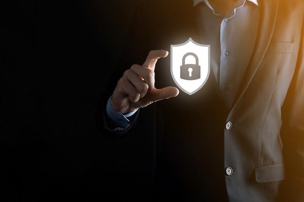Cyber-sicherheitsnetzwerk. vorhängeschloss-symbol und internet-technologie-vernetzung. geschäftsmann