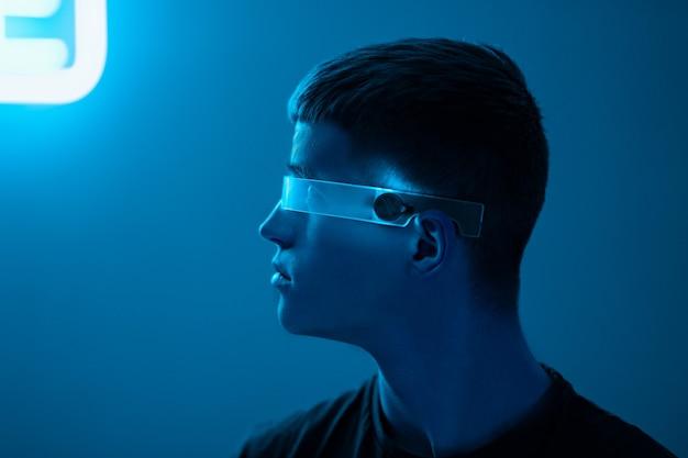 Cyberpunk neon männliches porträt. hochwertiges foto