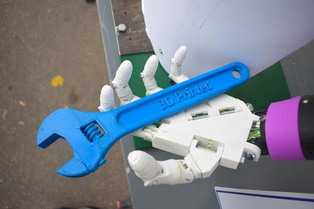 Cyborg-hand mit schlüsselabschluß oben