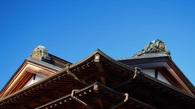 Dach der asiatischen tempelarchitektur mit klarem blauem himmel und im freien