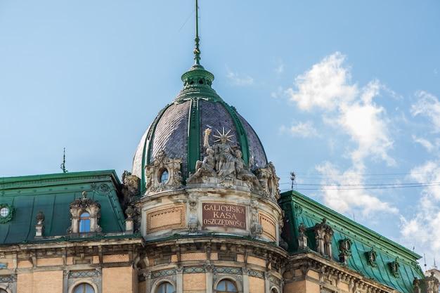 Dach des alten gebäudes vor dem blauen himmel in der tageszeit