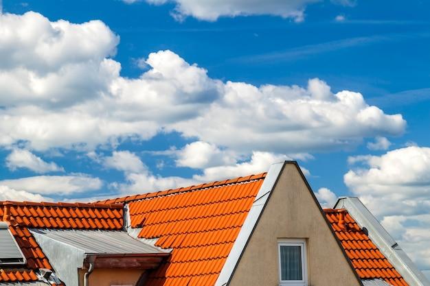 Dach des hauses mit fenstern und gelben dachplatten