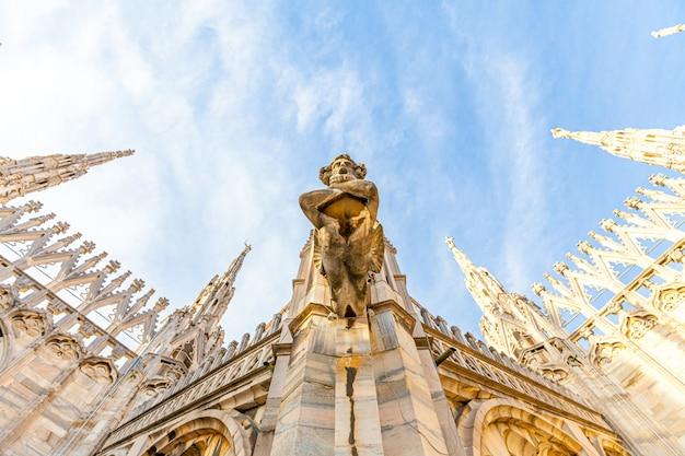 Dach des mailänder doms duomo di milano mit gotischen türmen und weißen marmorstatuen