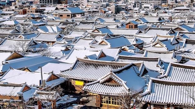 Dach des traditionellen koreanischen dorfes jeonju bedeckt mit schnee, dorf jeonju hanok im winter, südkorea