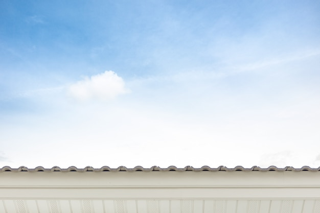 Dach und blauer himmel.