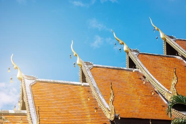 Dachart des thailändischen tempels mit giebel-spitze auf die oberseite, thailand