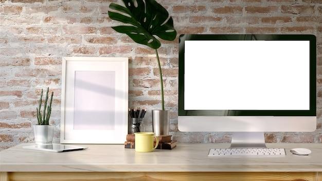 Dachbodenarbeitsplatz, tischrechner des leeren bildschirms und modellplakat auf schreibtisch.