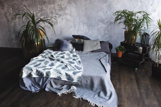 Dachbodenart-schlafzimmerdesign mit grünen farben