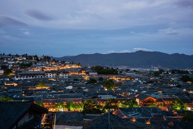Dachspitzen in alter stadt lijiang, china am abend