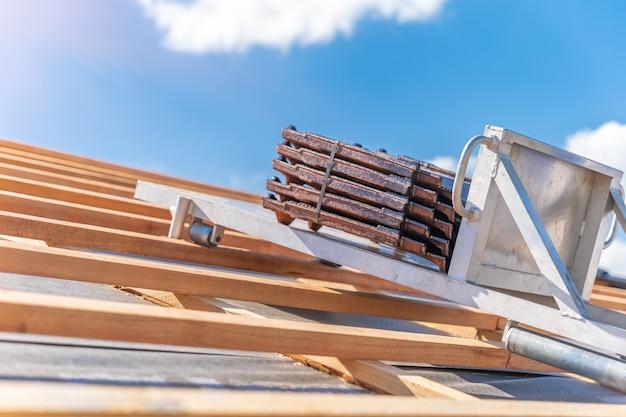 Dachziegel auf einem aufzug für den transport zum dach während der verlegung.