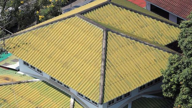 Dachziegel aus keramik und metall und blickwinkel von oben.