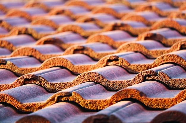 Dachziegel sind so ausgerichtet, dass sie ausgerichtet und wasserdicht gestapelt werden können
