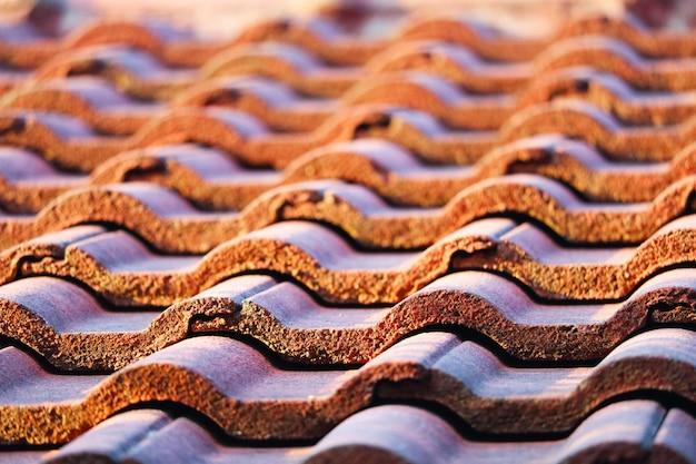 Dachziegel sind so ausgerichtet, dass sie ausgerichtet und wasserdicht gestapelt werden können.