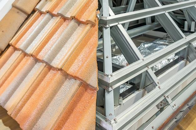 Dachziegel und struktur des stahldachrahmens für den hochbau.