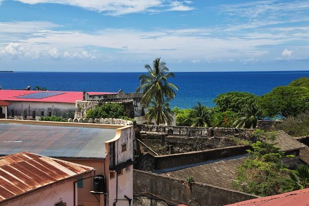 Dächer in der steinstadtstadt, sansibar, tansania