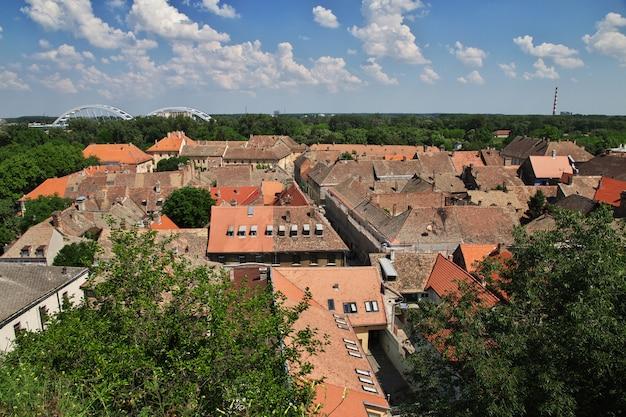 Dächer in der traurigen stadt novi, serbien