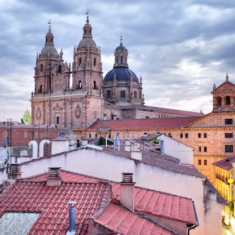 Dächer und iglesia de la clerecia in salamanca in der abenddämmerung, castilla y leon, spanien