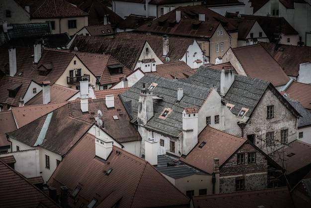 Dächer von häusern in der altstadt von cesky krumlov. tschechien