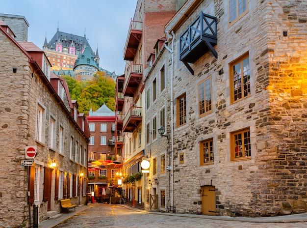 Dämmerung blick auf die kleine straße rue du petit-champlain in der unterstadt von old quebec city in quebec, kanada Premium Fotos