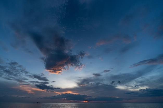 Dämmerung des sonnenuntergangs am seeschönen himmel in andaman-insel, thailand