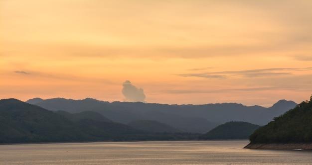 Dämmerung des srinakarin dam reservoirs kanjanaburi provinz thailand