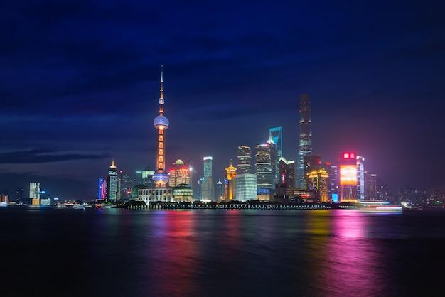 Dämmerung schoss mit der shanghai-skyline und dem huangpu-fluss in shanghai, china