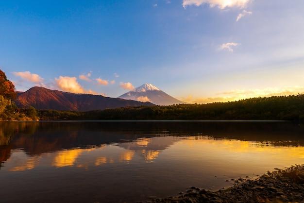 Dämmerungslandschaft von see saiko und von berg fuji während des herbstes in japan