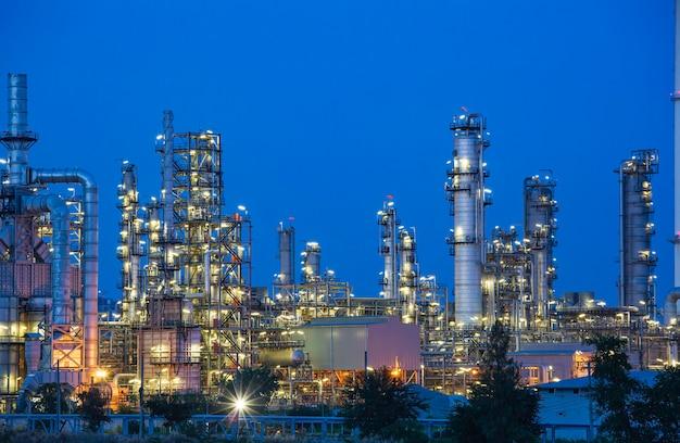 Dämmerungsszene der ölraffinerieanlage und des kraftwerks der petrochemieindustrie in der dämmerungszeit
