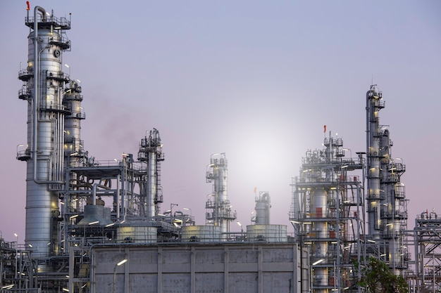 Dämmerungsszene der tankölraffinerieanlage und turmsäule der petrochemie-industrie im standortbau-sonnenlicht
