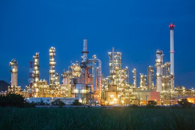 Dämmerungsszene der tankölraffinerieanlage und turmsäule der petrochemieindustrie im baustellenbau