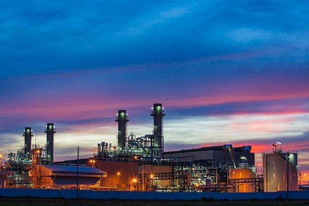 Dämmerungsszene des tankölkraftwerks und der turmsäule