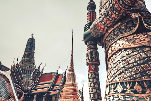 Dämonenwächter hautnah im royal grand king palace in bangkok, thailand. schönes wahrzeichen asiens, architektur, mosaikdekoration. landschaft der hauptstadt. reise-hintergrund. ort zu besuchen