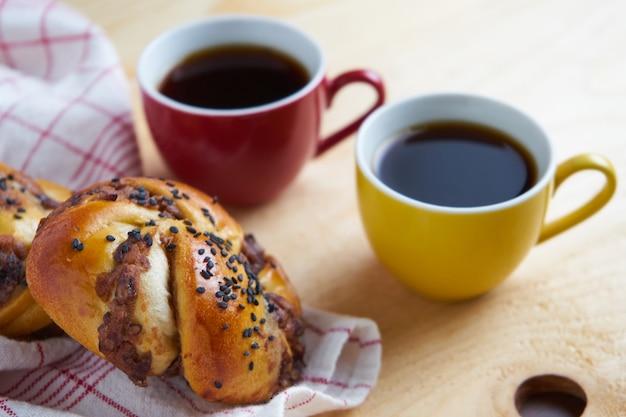 Dänisches brot und schwarzer kaffee