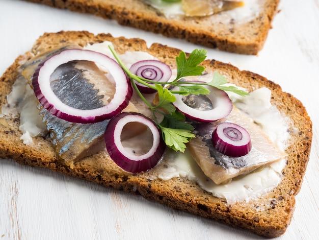 Dänisches smorrebrod mit offenem sandwich und hering