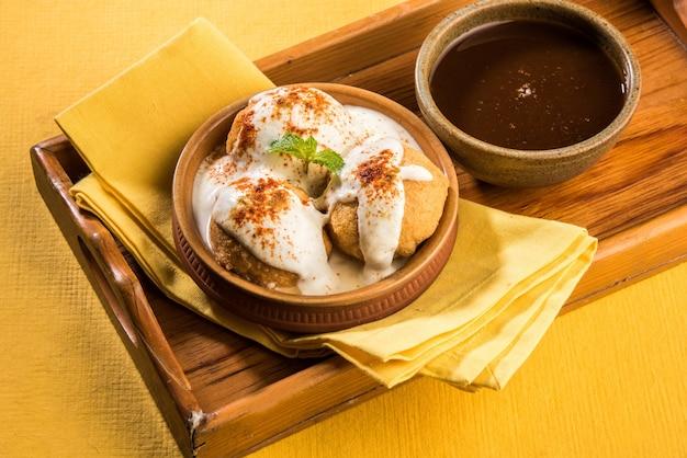 Dahi vada oder bhalla ist ein beliebter snack in indien, der in einer schüssel serviert wird. selektiver fokus