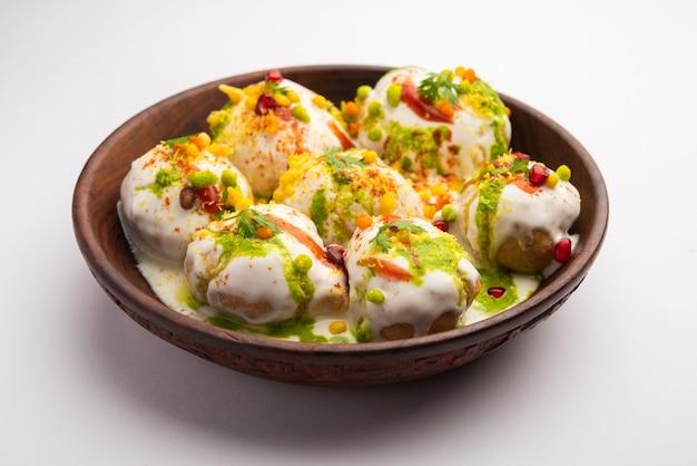 Dahi vada oder bhalla ist eine aus dem inder stammende art von chaat, die in ganz südasien beliebt ist.