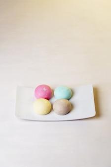 Daifuku mochi ist ein japanisches konfekt, das aus einem kleinen runden mochi besteht, das mit süßer füllung gefüllt ist