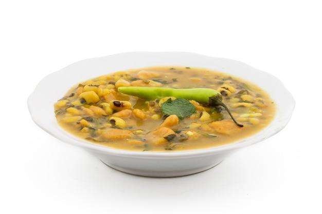 Dal dhokali - indisches gericht mit kanarischen bohnen, moong dal und weizenmehl