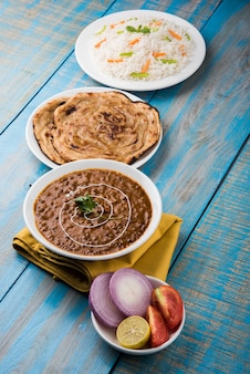 Dal makhani oder daal makhni, indisches mittag- oder abendessen serviert mit einfachem reis und butter roti oder chapati oder paratha und salat